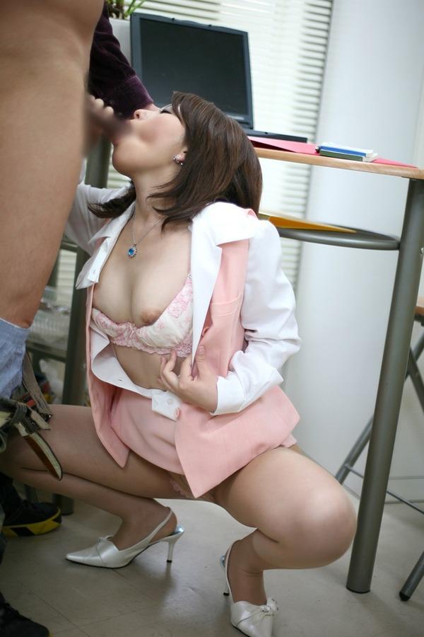 【OLエロ画像】会社の同僚が、パンチラや胸チラで妙に挑発してくるんだがwww 14