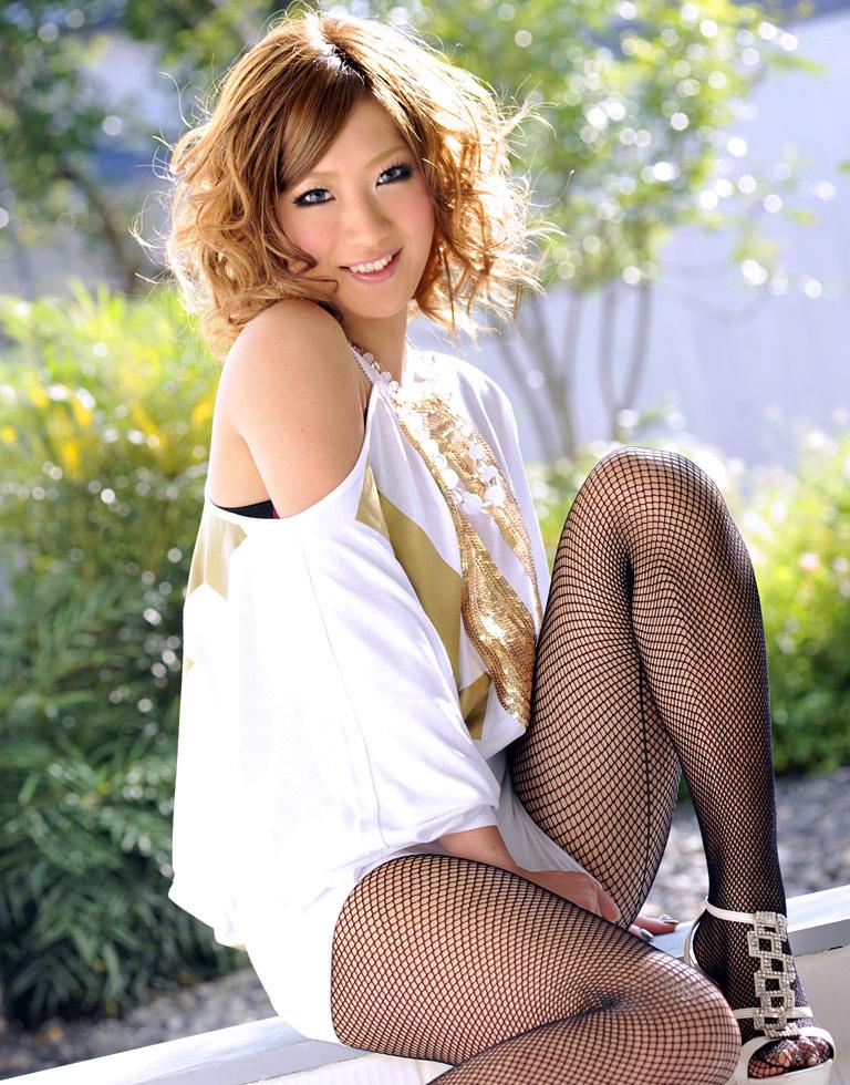 【黒ギャルエロ画像】AIKAさんという痴女風の黒ギャル美女に、足コキされてみたくないか?? 07