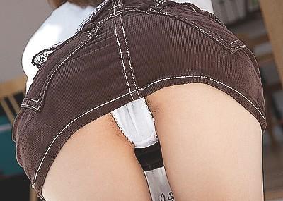 四つん這い女のパンツを後ろから覗くパ○チラ画像