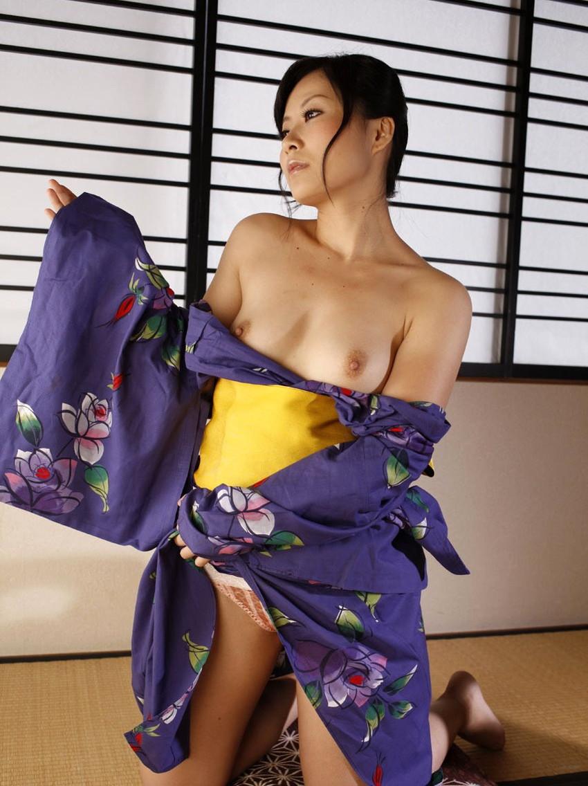 【和服エロ画像】和服からおっぱいやおマンコがポロリしている画像www 11