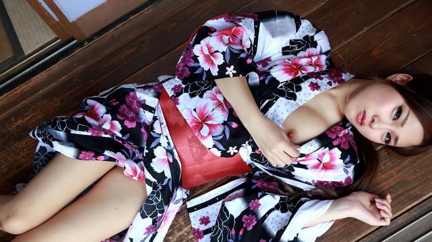 【和服エロ画像】和服からおっぱいやおマンコがポロリしている画像www 14