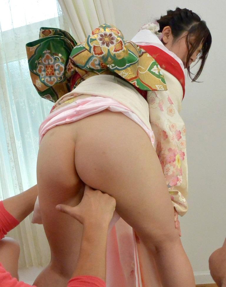 【和服エロ画像】和服からおっぱいやおマンコがポロリしている画像www 35