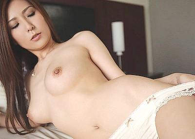 【AV女優エロ画像】椎名ゆなという、エロ過ぎるAV女優に手コキされてみたいwww