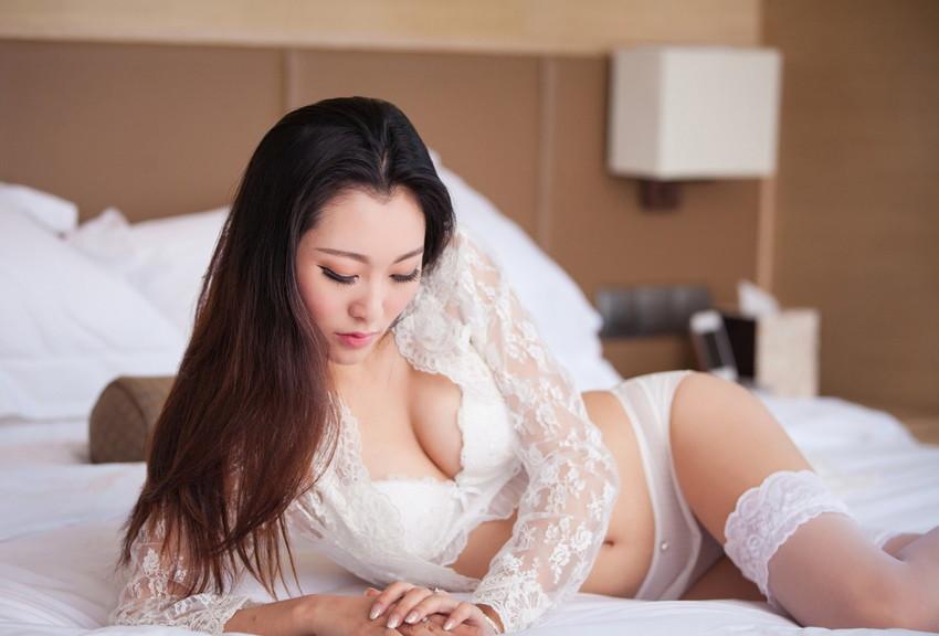 【白い下着エロ画像】純白の下着を着て清楚ぶっているが、ビッチ臭のする女のスケベ画像www 04