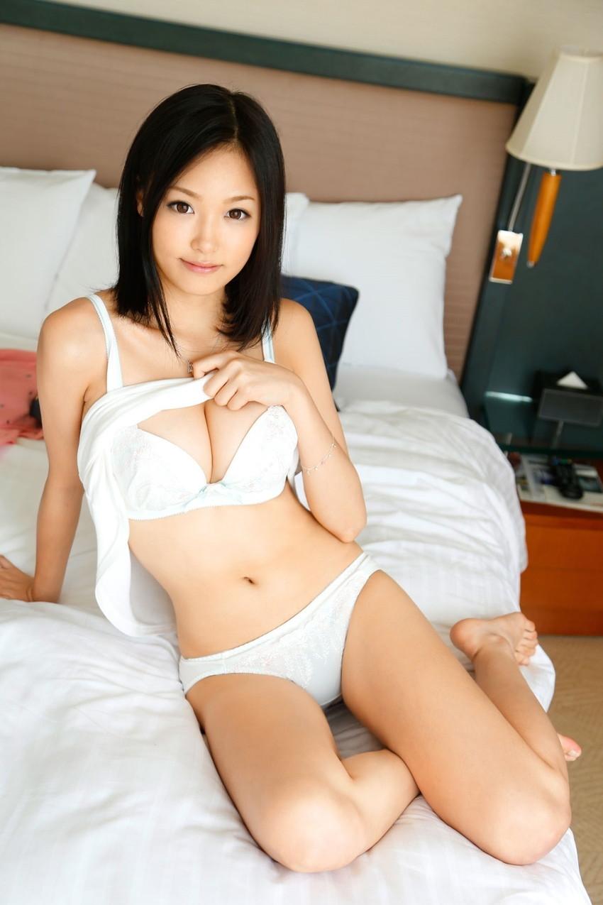 【白い下着エロ画像】純白の下着を着て清楚ぶっているが、ビッチ臭のする女のスケベ画像www 06