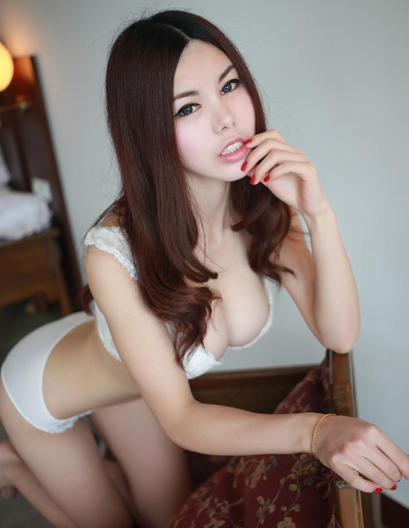 【白い下着エロ画像】純白の下着を着て清楚ぶっているが、ビッチ臭のする女のスケベ画像www 09