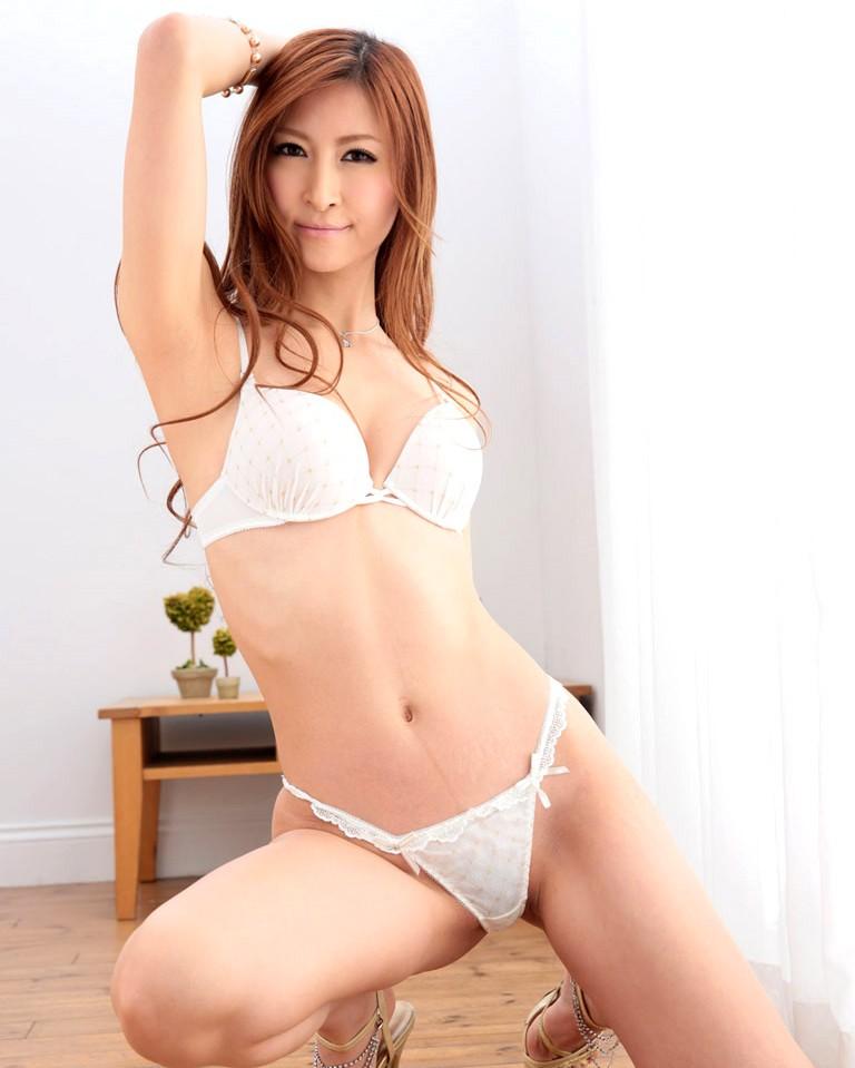 【白い下着エロ画像】純白の下着を着て清楚ぶっているが、ビッチ臭のする女のスケベ画像www 14