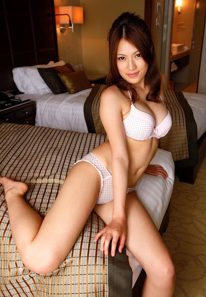 【白い下着エロ画像】純白の下着を着て清楚ぶっているが、ビッチ臭のする女のスケベ画像www 15