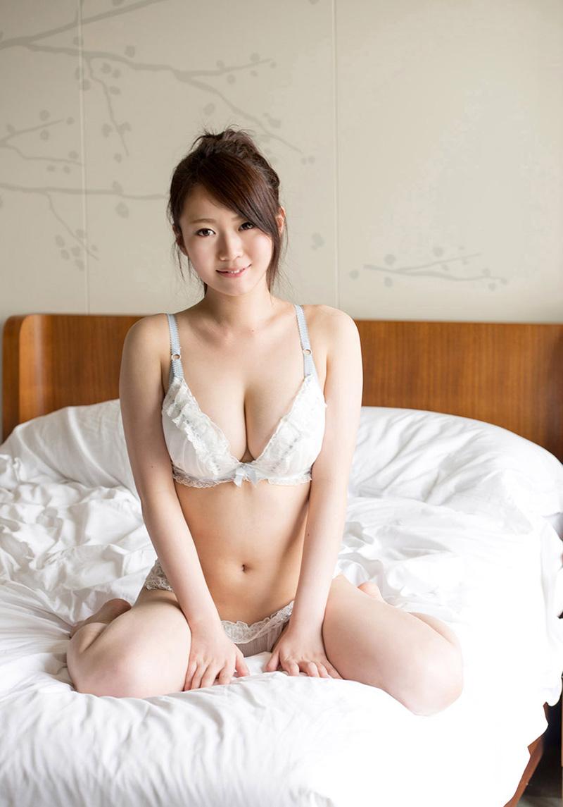 【白い下着エロ画像】純白の下着を着て清楚ぶっているが、ビッチ臭のする女のスケベ画像www 23