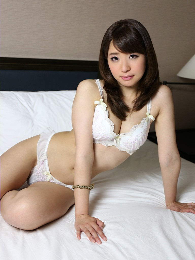 【白い下着エロ画像】純白の下着を着て清楚ぶっているが、ビッチ臭のする女のスケベ画像www 29