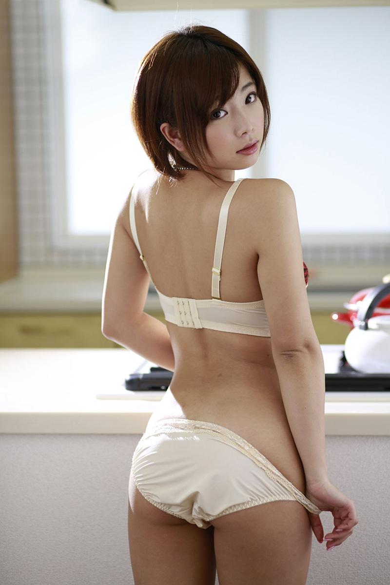【白い下着エロ画像】純白の下着を着て清楚ぶっているが、ビッチ臭のする女のスケベ画像www 33