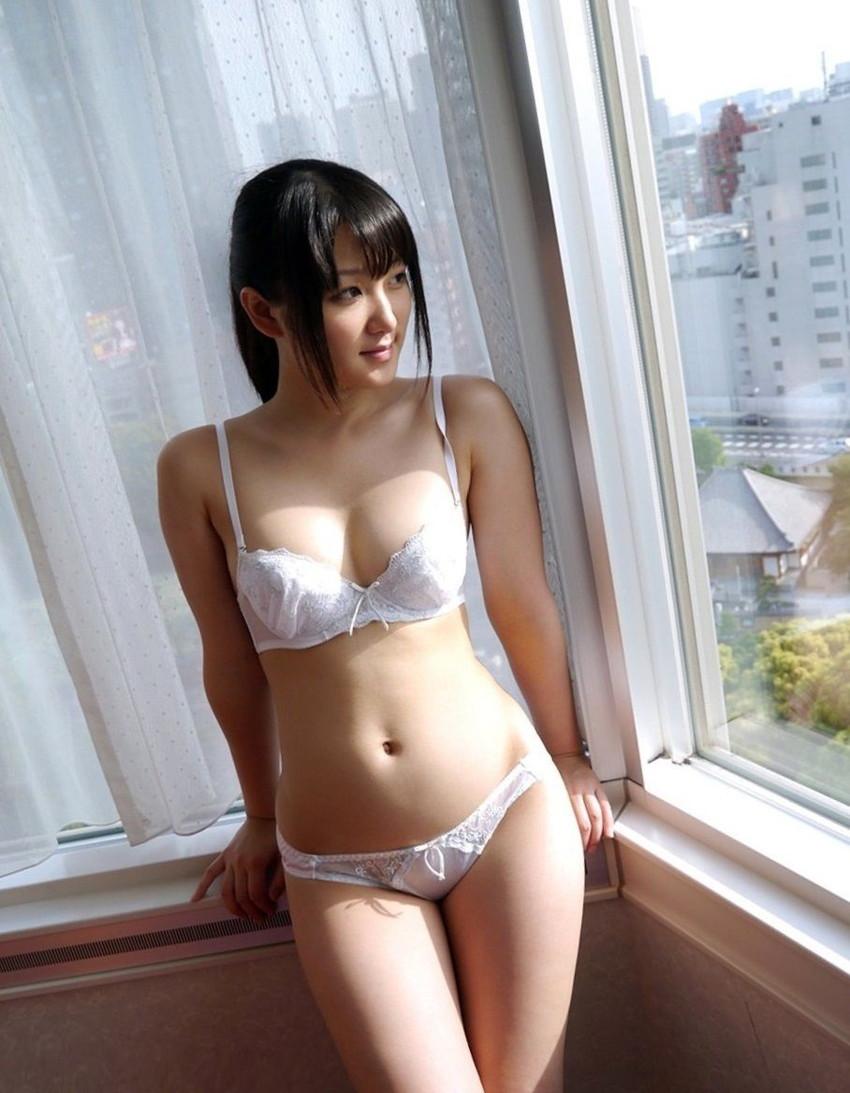 【白い下着エロ画像】純白の下着を着て清楚ぶっているが、ビッチ臭のする女のスケベ画像www 44