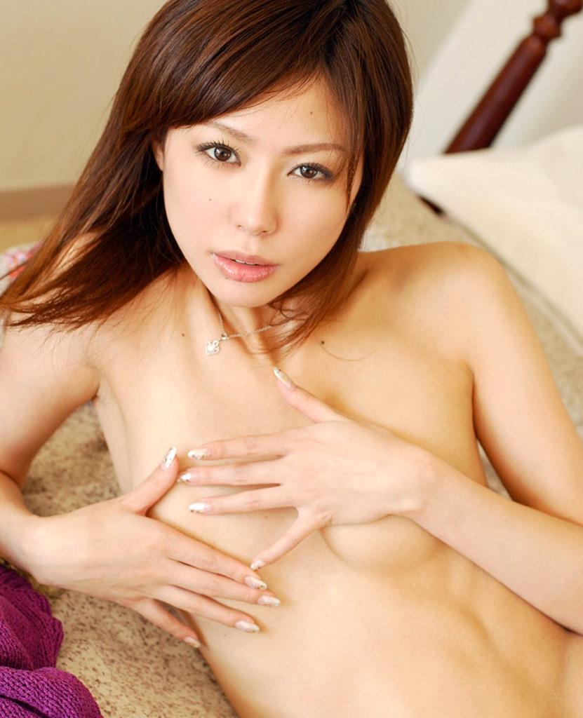 【手ブラエロ画像】綺麗な乳輪が見えそうで見えない手ブラ画像www 25