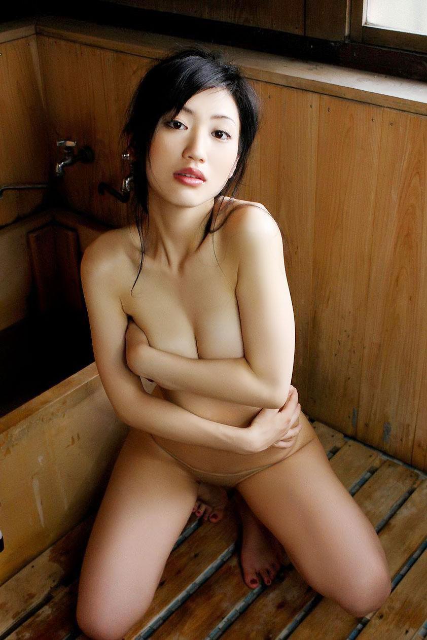 【手ブラエロ画像】綺麗な乳輪が見えそうで見えない手ブラ画像www 50