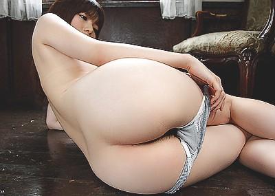 【脱ぎかけエロ画像】これからセックスが始まるワクワク感がたまらない、下着脱ぎかけ画像の魅力www
