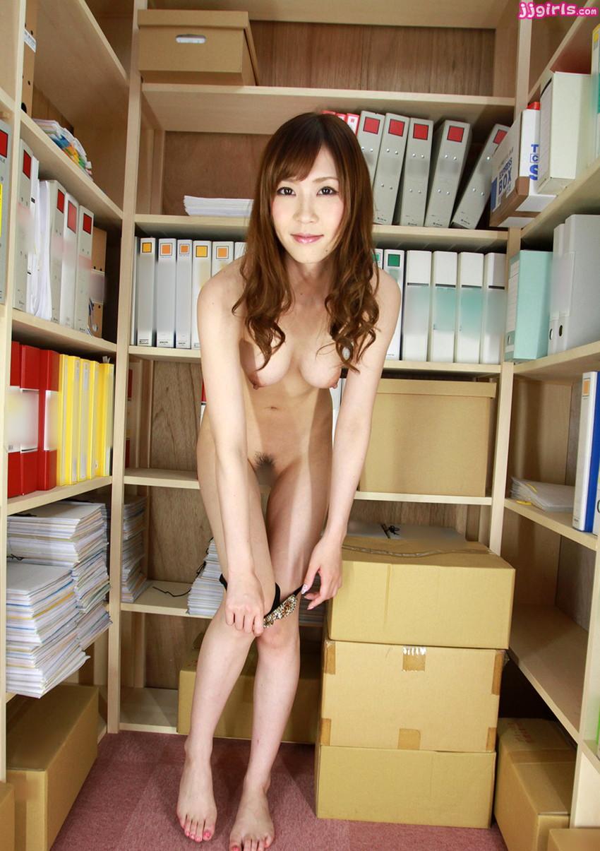 【脱ぎかけエロ画像】これからセックスが始まるワクワク感がたまらない、下着脱ぎかけ画像の魅力www 26