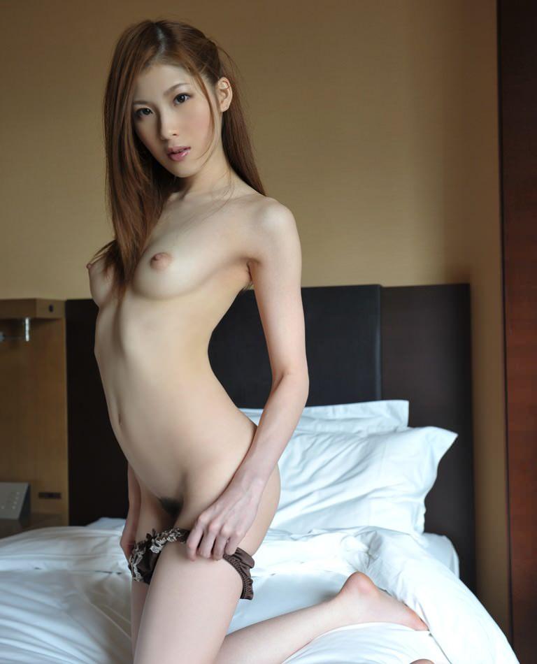 【脱ぎかけエロ画像】これからセックスが始まるワクワク感がたまらない、下着脱ぎかけ画像の魅力www 30