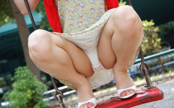 【M字開脚エロ画像】パンツ越しにおマンコを見せつける、悩殺M字開脚画像がこちらwww 41