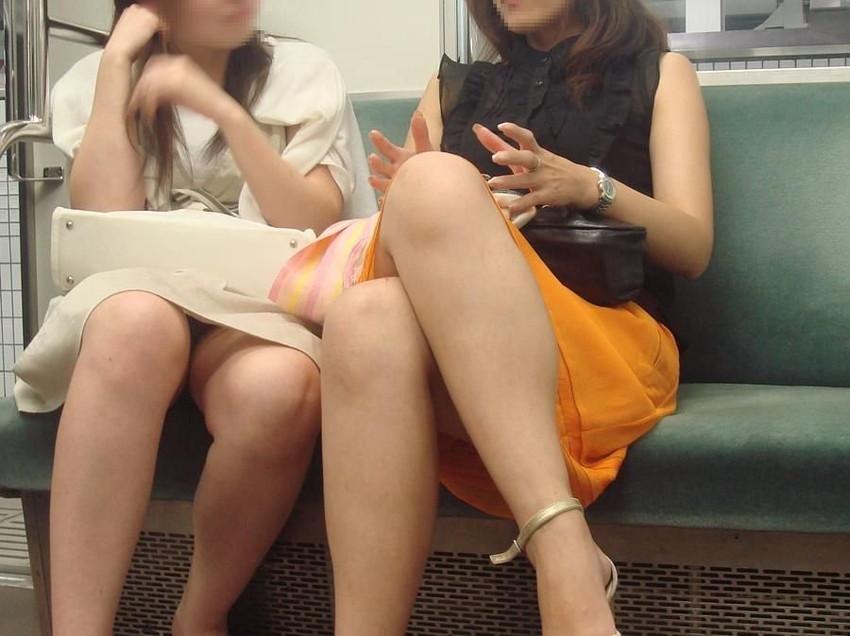 【パンチラエロ画像】魅惑のデルタゾーン!!電車内の楽しみはこれしかないwww 05