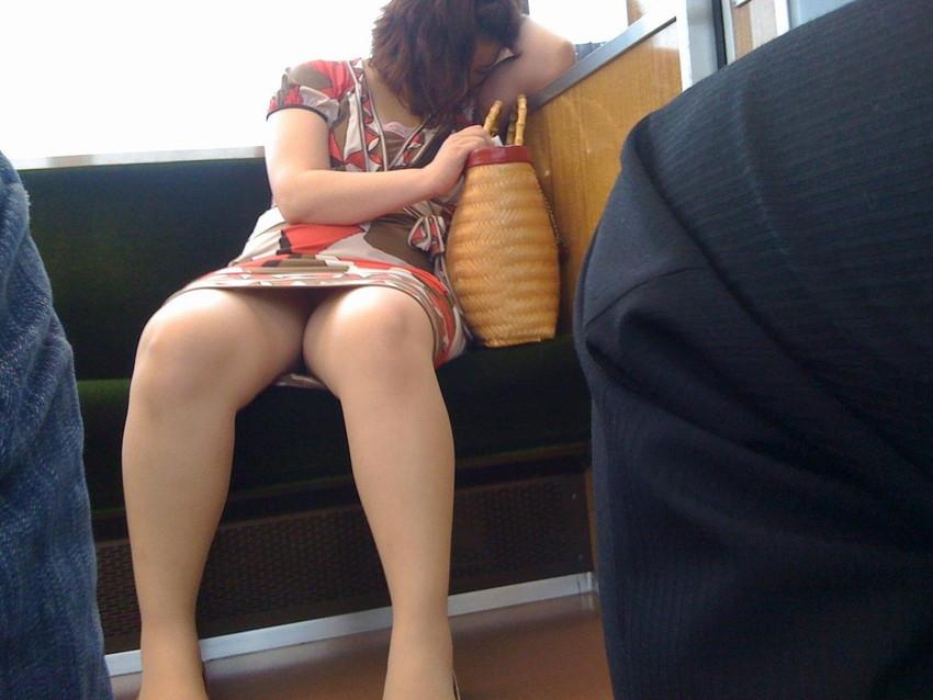 【パンチラエロ画像】魅惑のデルタゾーン!!電車内の楽しみはこれしかないwww 06