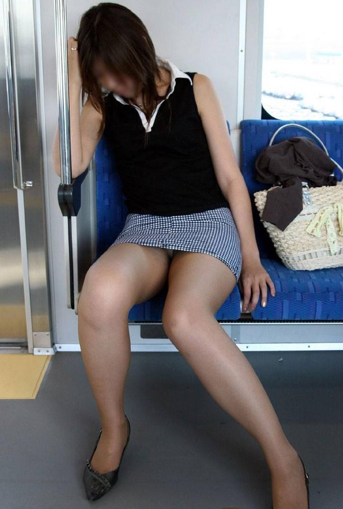 【パンチラエロ画像】魅惑のデルタゾーン!!電車内の楽しみはこれしかないwww 13