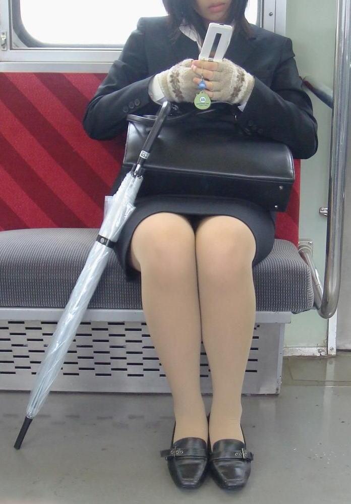 【パンチラエロ画像】魅惑のデルタゾーン!!電車内の楽しみはこれしかないwww 27