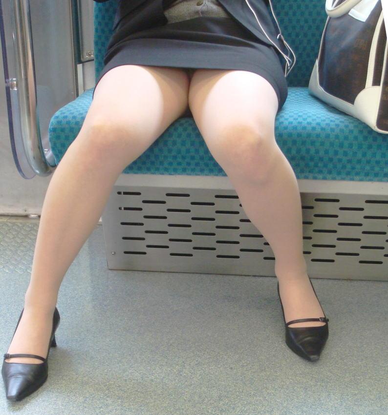 【パンチラエロ画像】魅惑のデルタゾーン!!電車内の楽しみはこれしかないwww 28