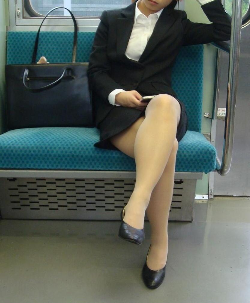 【パンチラエロ画像】魅惑のデルタゾーン!!電車内の楽しみはこれしかないwww 29