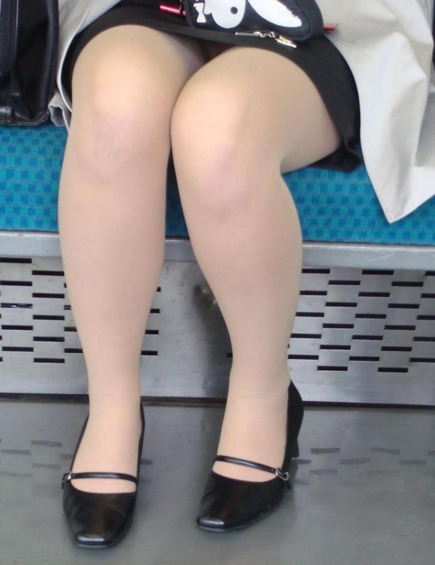 【パンチラエロ画像】魅惑のデルタゾーン!!電車内の楽しみはこれしかないwww 30