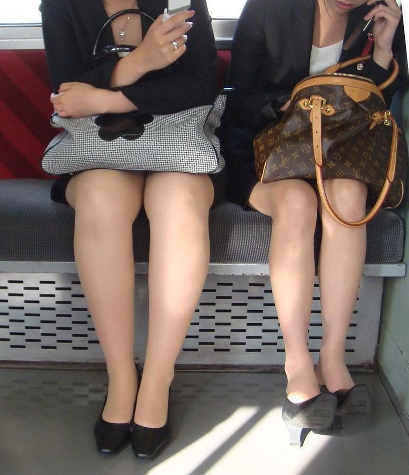【パンチラエロ画像】魅惑のデルタゾーン!!電車内の楽しみはこれしかないwww 32