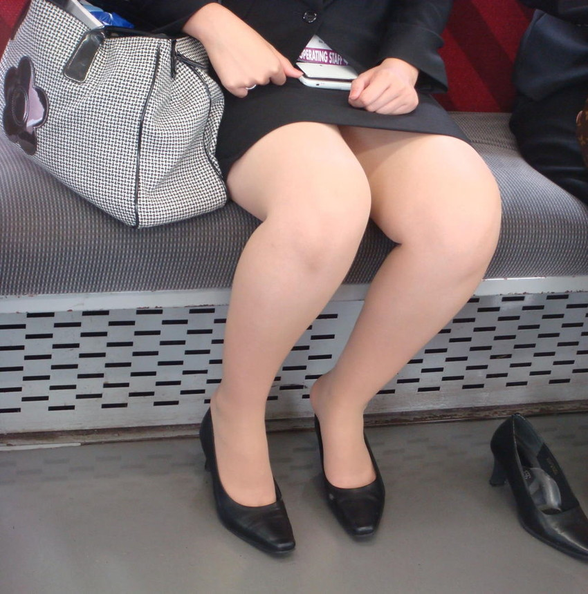 【パンチラエロ画像】魅惑のデルタゾーン!!電車内の楽しみはこれしかないwww 34