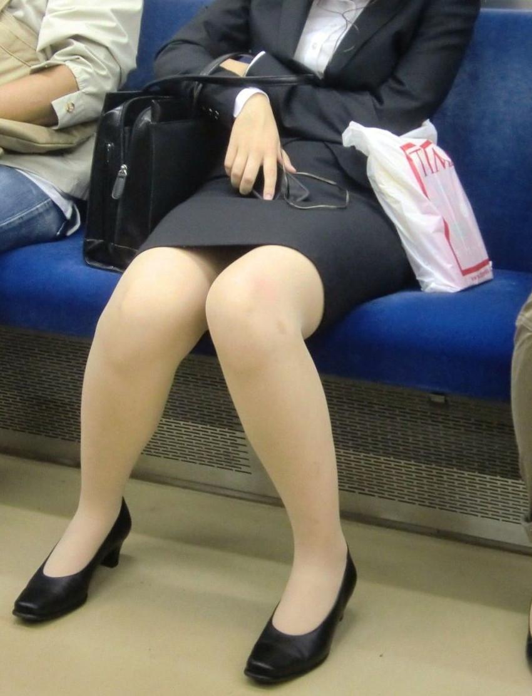 【パンチラエロ画像】魅惑のデルタゾーン!!電車内の楽しみはこれしかないwww 35