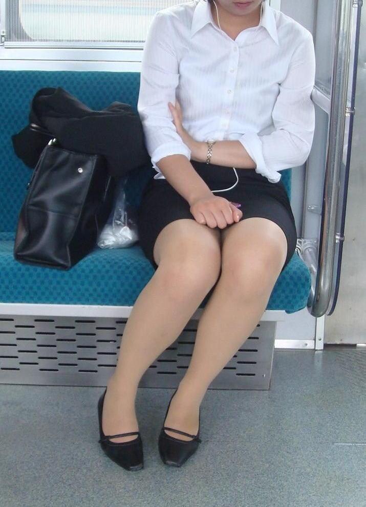 【パンチラエロ画像】魅惑のデルタゾーン!!電車内の楽しみはこれしかないwww 36