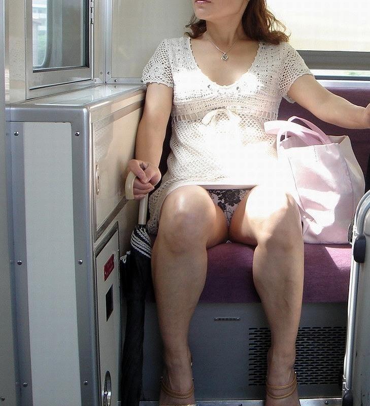 【パンチラエロ画像】魅惑のデルタゾーン!!電車内の楽しみはこれしかないwww 39