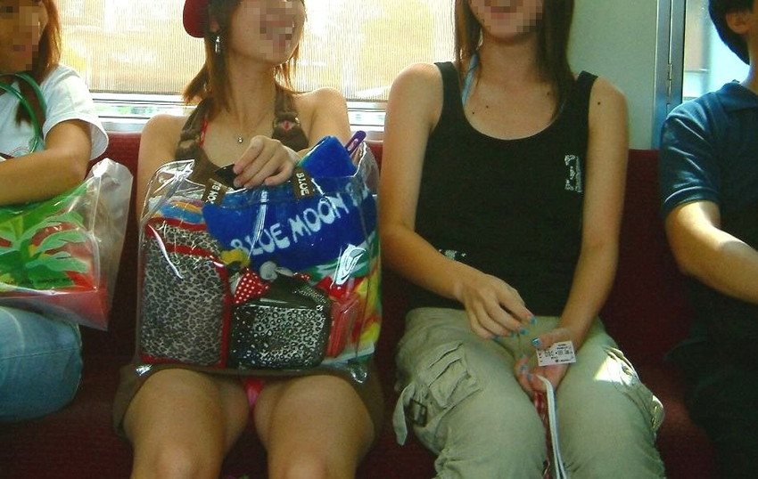 【パンチラエロ画像】魅惑のデルタゾーン!!電車内の楽しみはこれしかないwww 42
