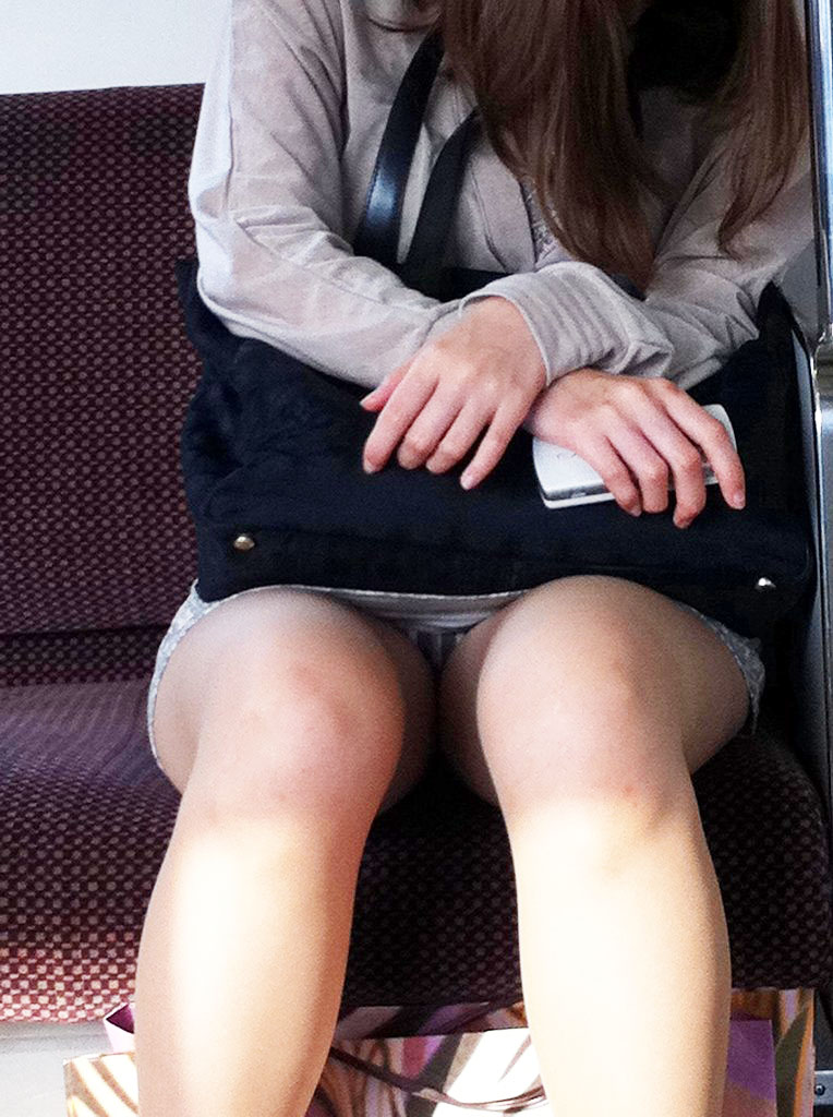 【パンチラエロ画像】魅惑のデルタゾーン!!電車内の楽しみはこれしかないwww 45