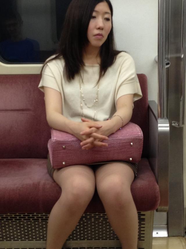 【パンチラエロ画像】魅惑のデルタゾーン!!電車内の楽しみはこれしかないwww 48