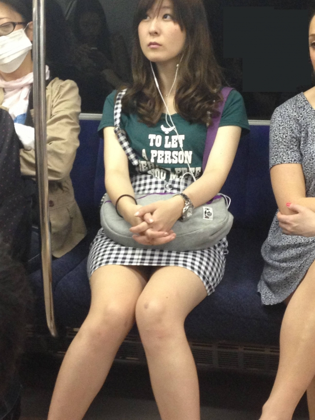 【パンチラエロ画像】魅惑のデルタゾーン!!電車内の楽しみはこれしかないwww 49