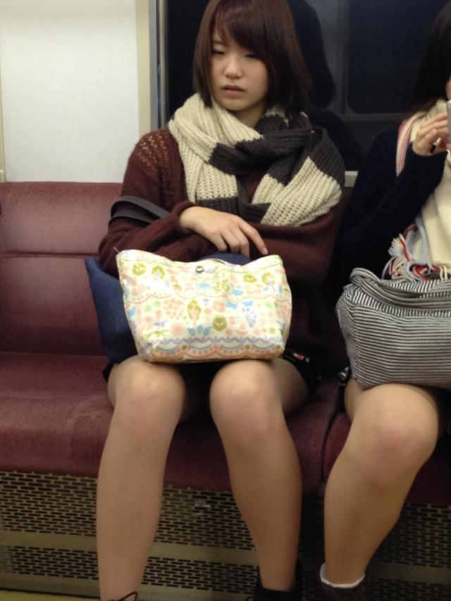 【パンチラエロ画像】魅惑のデルタゾーン!!電車内の楽しみはこれしかないwww 50