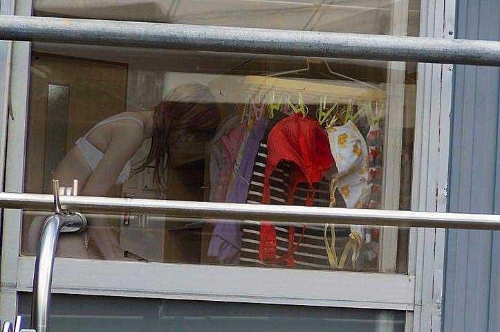 【のぞきエロ画像】窓枠とかベランダ込みでエロすぎるwww!!!近所の窓から見えちゃったのぞきエロ画像集。見えちゃったんだってホントにww 10