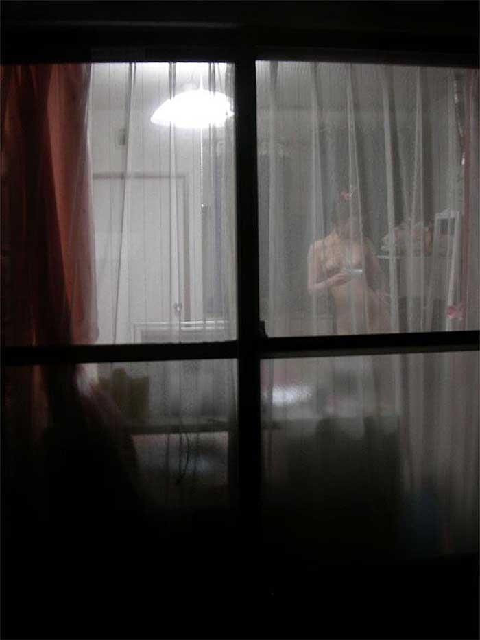 【のぞきエロ画像】窓枠とかベランダ込みでエロすぎるwww!!!近所の窓から見えちゃったのぞきエロ画像集。見えちゃったんだってホントにww 28
