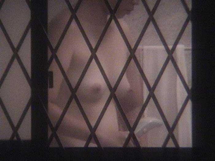 【のぞきエロ画像】窓枠とかベランダ込みでエロすぎるwww!!!近所の窓から見えちゃったのぞきエロ画像集。見えちゃったんだってホントにww 30