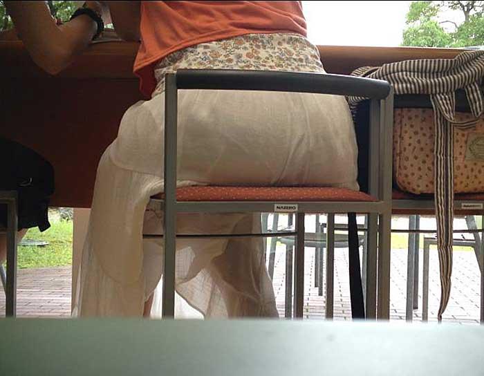 【透けパンツエロ画像】透けパン最高!スカートやズボンから透けるパンティー。オカズとしてお世話になっていますが、この透け具合女性陣は意識してんすか? 06