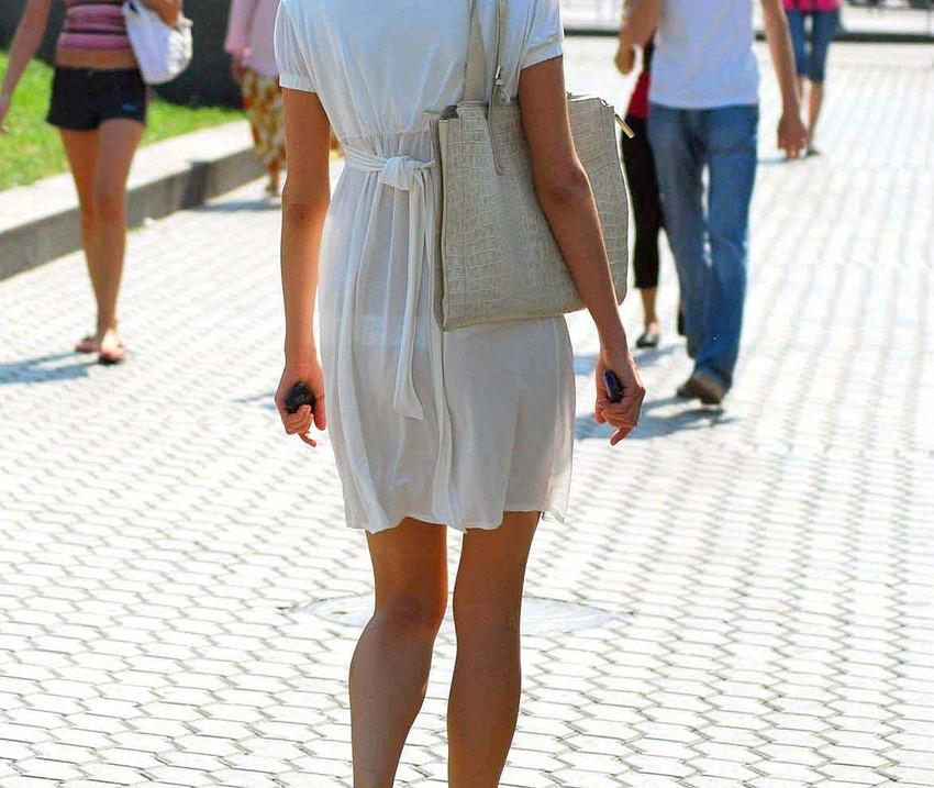 【透けパンツエロ画像】透けパン最高!スカートやズボンから透けるパンティー。オカズとしてお世話になっていますが、この透け具合女性陣は意識してんすか? 12
