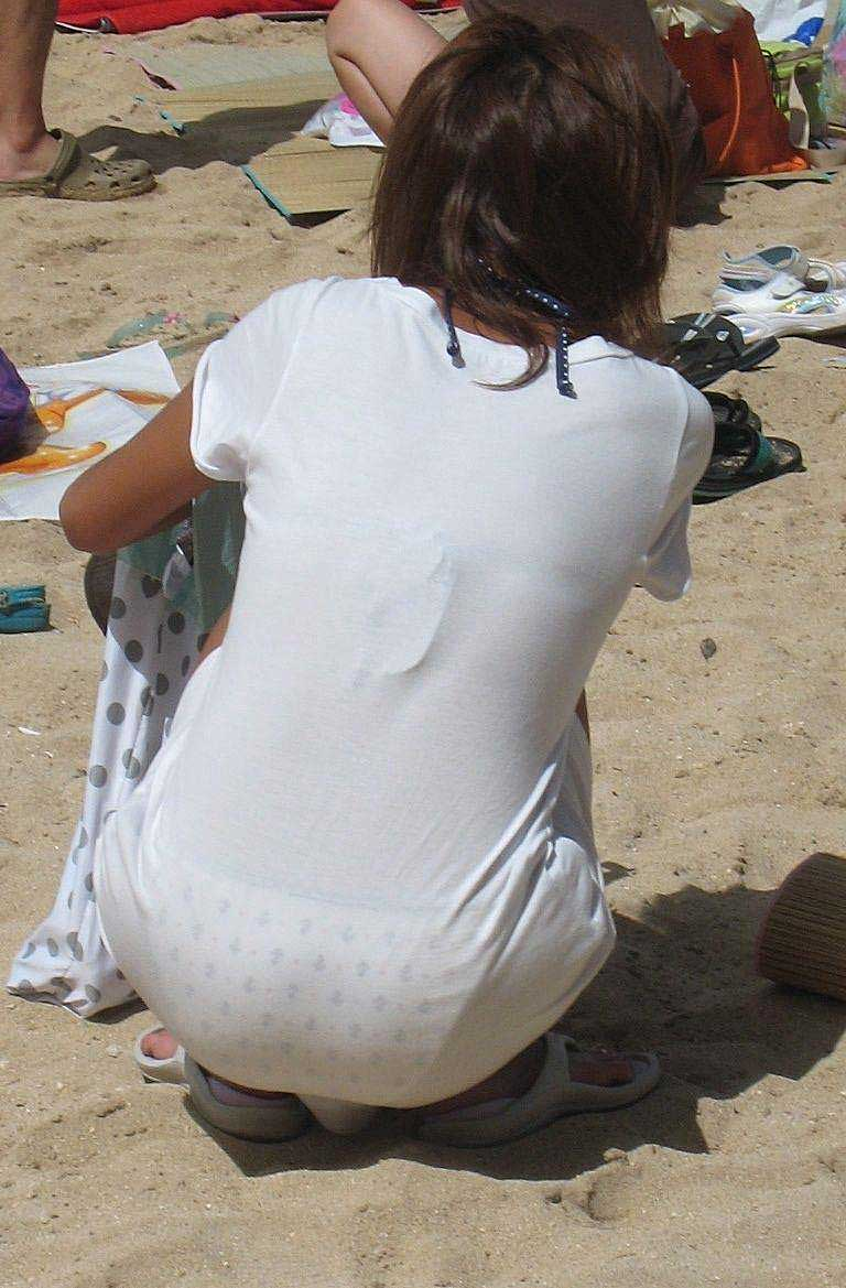 【透けパンツエロ画像】透けパン最高!スカートやズボンから透けるパンティー。オカズとしてお世話になっていますが、この透け具合女性陣は意識してんすか? 14