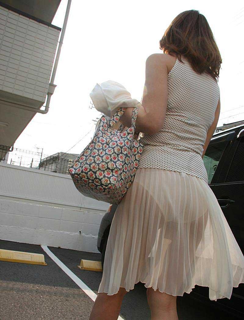 【透けパンツエロ画像】透けパン最高!スカートやズボンから透けるパンティー。オカズとしてお世話になっていますが、この透け具合女性陣は意識してんすか? 16