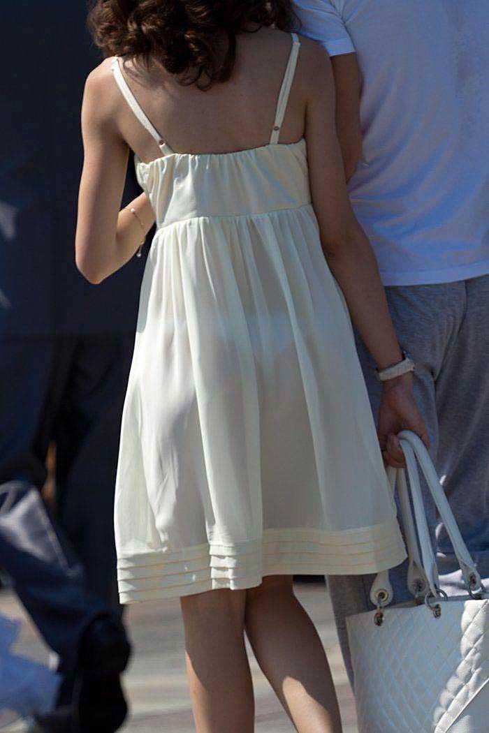 【透けパンツエロ画像】透けパン最高!スカートやズボンから透けるパンティー。オカズとしてお世話になっていますが、この透け具合女性陣は意識してんすか? 21