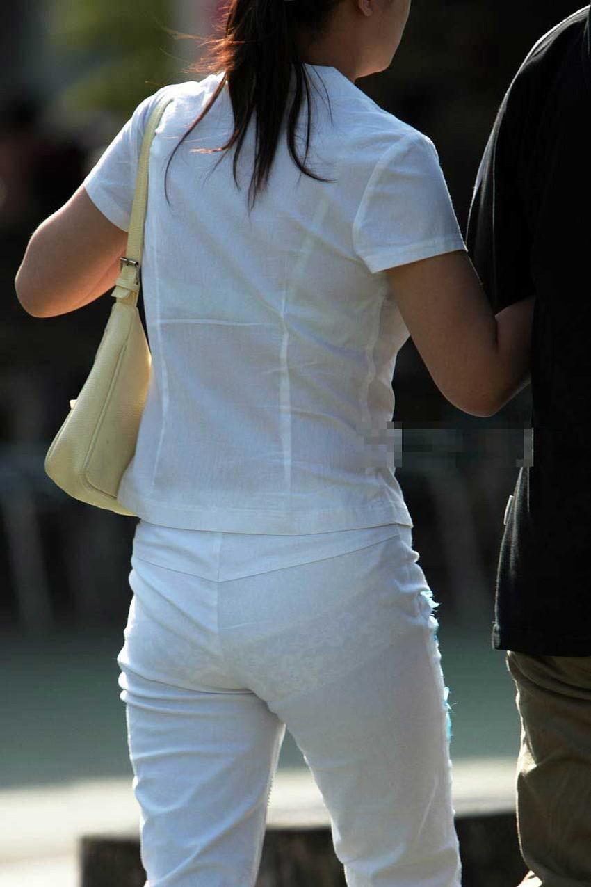 【透けパンツエロ画像】透けパン最高!スカートやズボンから透けるパンティー。オカズとしてお世話になっていますが、この透け具合女性陣は意識してんすか? 27