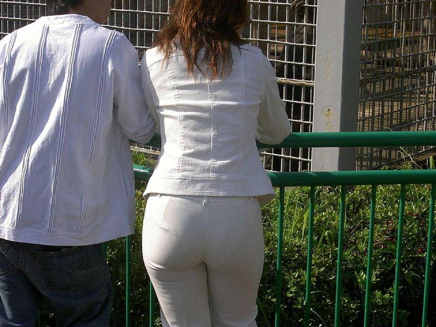 【透けパンツエロ画像】透けパン最高!スカートやズボンから透けるパンティー。オカズとしてお世話になっていますが、この透け具合女性陣は意識してんすか? 28