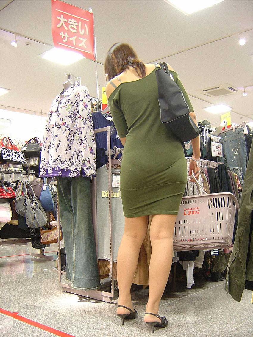 【透けパンツエロ画像】透けパン最高!スカートやズボンから透けるパンティー。オカズとしてお世話になっていますが、この透け具合女性陣は意識してんすか? 34